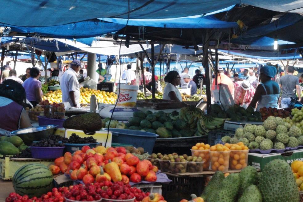 feira2 - NA MADRUGADA E NA CHUVA: Prefeitura manda retirar bancas de feira livre do Mercado Central; VEJA VÍDEO