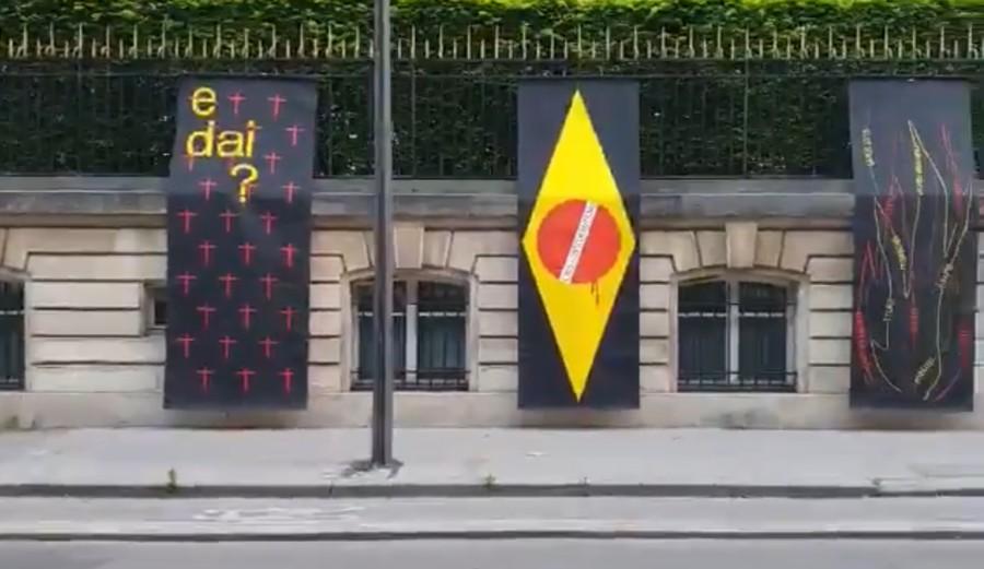 Embaixada do Brasil na França amanhece com faixas