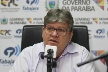 """Em programa de rádio, João Azevêdo acusa """"marginais"""" de atacarem governo com """"fake news"""""""