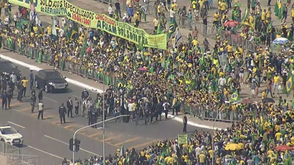 protesto brasilia bolsonaro 24 52020 - EM MEIO A PANDEMIA: de helicóptero, Bolsonaro sobrevoa ato de apoio e participa de aglomeração - VEJA VÍDEO
