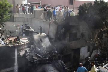 Avião que transportava mais de 100 pessoas cai em bairro residencial no Paquistão