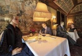 Restaurante decide ocupar mesas vazias com manequins, que deverão ser servidos