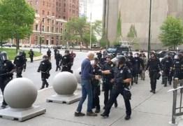 Policiais que empurraram idoso em protesto nos EUA são acusados de agressão
