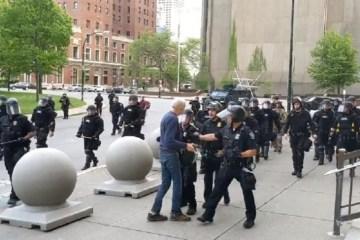 05062020 homem de 75 anos e empurrado por policiais em protesto em buffalo nos estados unidos 1591356328074 v2 900x506 1 - Policiais que empurraram idoso em protesto nos EUA são acusados de agressão