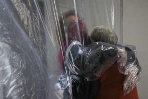 2020 06 02T183719Z 1 LYNXMPEG511UE RTROPTP 3 HEALTH CORONAVIRUS BRAZIL HUGS 300x200 - Criatividade permite reencontro em lar de idosos na pandemia; confira