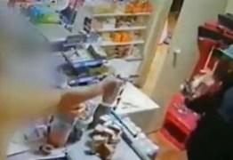 Comerciante reage e atira em ladrão, que na fuga bate carro e morre