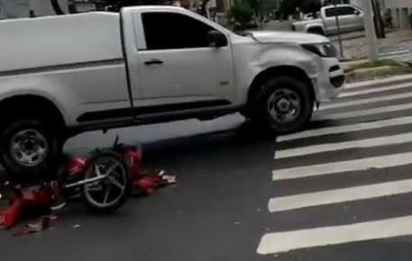 COLISAO MOTO CAMINHONETE 07 06 2020 - Homem fica ferido após colisão entre moto e caminhonete em João Pessoa