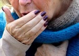 TRANSMISSÃO: Mulher cospe na mão e passa em produtos de livraria