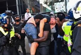 'Era a coisa certa a fazer', diz manifestante negro que carregou opositor de extrema-direita ferido em protesto