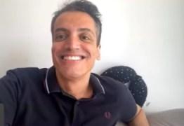 """POLÊMICA: Léo Dias chama Anitta de """"vagabunda"""" e revela o que cantora fez com dois homens na cama – VEJA VÍDEO"""