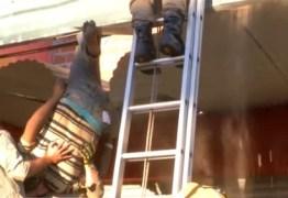 Ladrão se enrosca e fica pendurado ao tentar roubar depósito de loja