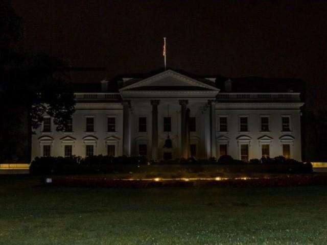 EZZ4zUmUMAADqGt - Protestos antirracismo se espalham pelos EUA; Casa Branca fica às escuras
