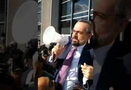 Ministro da Educação recebe apoio de manifestantes e de Bolsonaro após depoimento na Polícia Federal; VEJA VÍDEO