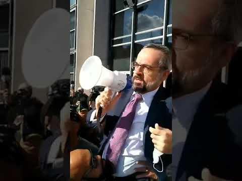 Weitraub - Ministro da Educação recebe apoio de manifestantes e de Bolsonaro após depoimento na Polícia Federal; VEJA VÍDEO