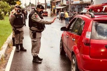barreira pm - OPERAÇÃO ALVORADA: Polícia militar previne crimes e fiscaliza isolamento social mais rígido, na Paraíba