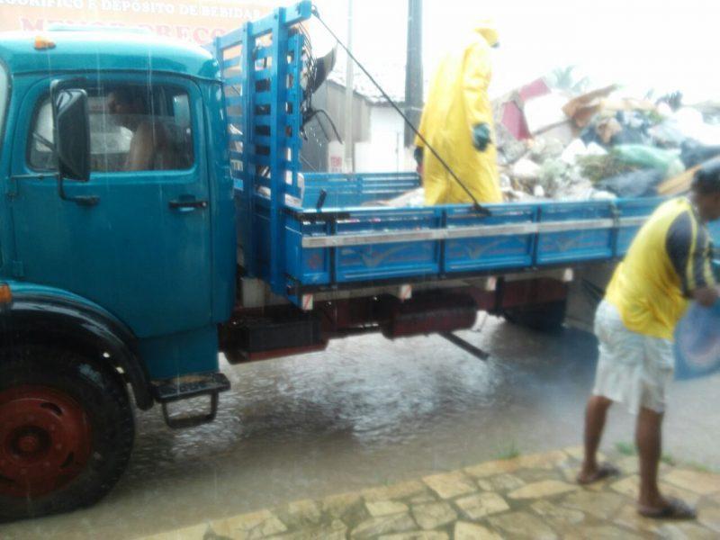 caminhao de lixo 800x600 1 - Após 7 anos coletando lixo em veículo aberto, prefeito de Lucena aluga caminhão sem licitação e no valor de R$ 24 mil