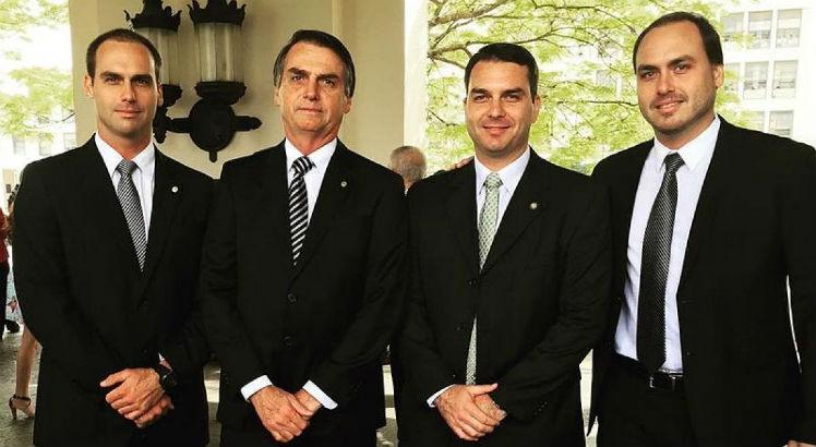 dc5418bccd70255fe285a0944cb42d16 - Briga entre irmãos e boicote à madrasta: as confusões da família Bolsonaro