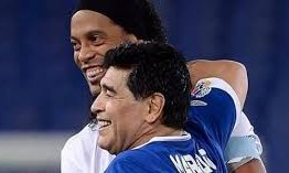 Ronaldinho pode voltar ao futebol e ter Maradona como treinador