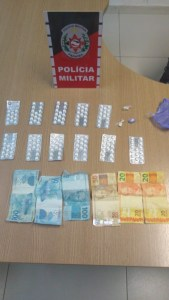 drogas e dinheiro prisao bayeux foto divulga pm 169x300 - Suspeito de tráfico é preso com 160 compridos usados para 'boa noite, Cinderela'