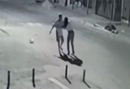 IMAGENS FORTES: Câmera registra homem matando ex a facadas no meio de rua