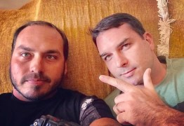 Flávio e Carlos Bolsonaro usaram dinheiro vivo para pagar débito com corretora
