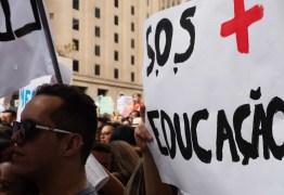 Professores estudam greve em estados que planejam volta às aulas