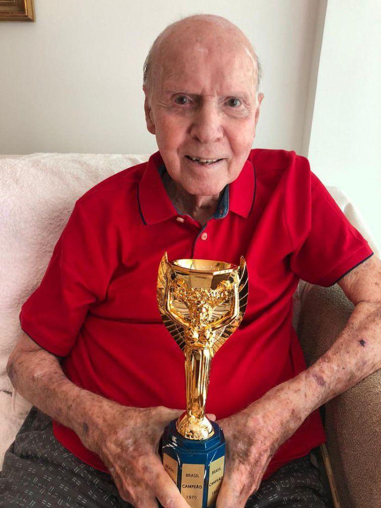 zagallo taca jules rimet - Há 50 anos, o Brasil encantava o mundo ao faturar o tricampeonato
