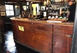 Bar instala cerca elétrica para manter distanciamento entre clientes