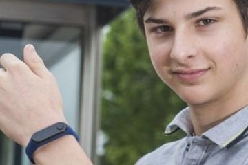 Adolescente cria pulseira para impedir contágios de covid-19