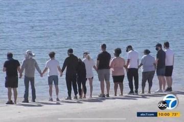 Ec1YhhLWkAsBjrQ - HOMENAGEM: Elenco de 'Glee' se reúne em lago onde Naya Rivera morreu afogada