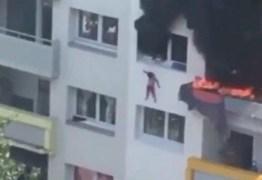 Crianças de 3 e 10 anos pulam de janela para fugir de incêndio – VEJA VÍDEO