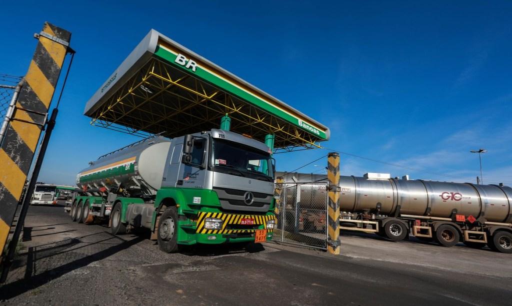 caminhao tanque em refinaria da petrobras em canoas rs 1024x613 - Petrobras eleva preços da gasolina pela 5ª vez no ano e do diesel pela 4ª