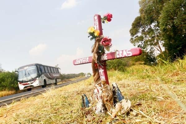 cruz - A ETERNIZAÇÃO DA PERDA: cruzes e capelas às margens de estradasdemarcam o local onde uma vida teve seu ponto final