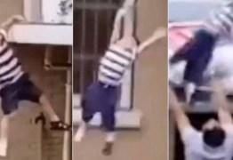 Criança cai do 5º andar e vizinho consegue salvar; VEJA VÍDEO