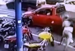 Circuito de câmeras registra momento em que homem soca rosto de desconhecida no meio da rua – VEJA VÍDEO