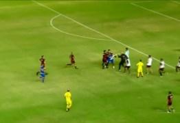 PANCADARIAS: Massagista do Vitória-PE invade campo e troca socos com jogadores de time rival – VEJA VÍDEO