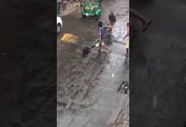 Homem usa cano para salvar cachorro atacado por cobra de 4 metros – VEJA VÍDEO