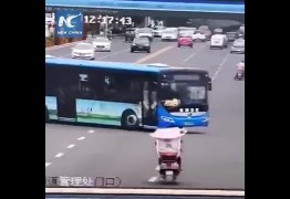Motorista bate ônibus e mata 21 passageiros