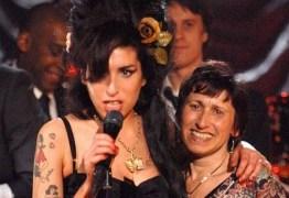 Mãe de Amy Winehouse publica homenagem ao aniversário de morte da cantora