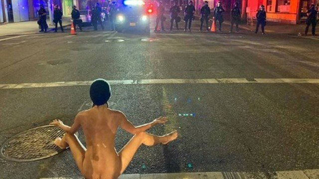 xblog naked.jpg.pagespeed.ic .c7ip0D5GjW - Manifestante tira a roupa e faz protesto inusitado contra a polícia - VEJA VÍDEO