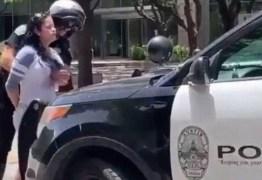 Policial é acusado de apalpar seios de uma mulher durante revista – VEJA VÍDEO