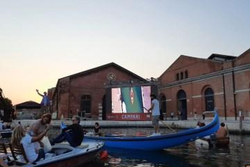 10876 A5E31BA7D1638275 - Para ir ao cinema, moradores de Veneza usam barcos em estilo drive-in