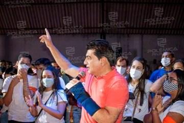 Manoel Júnior ignora medidas de isolamento, faz aglomeração e tira fotos com pessoas sem máscara em Pedras de Fogo