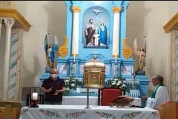 Capturarç 1 - DINHEIRO NA CUECA: Na missa, padre de Uiraúna homenageia prefeito afastado João Bosco Fernandes - VEJA VÍDEO