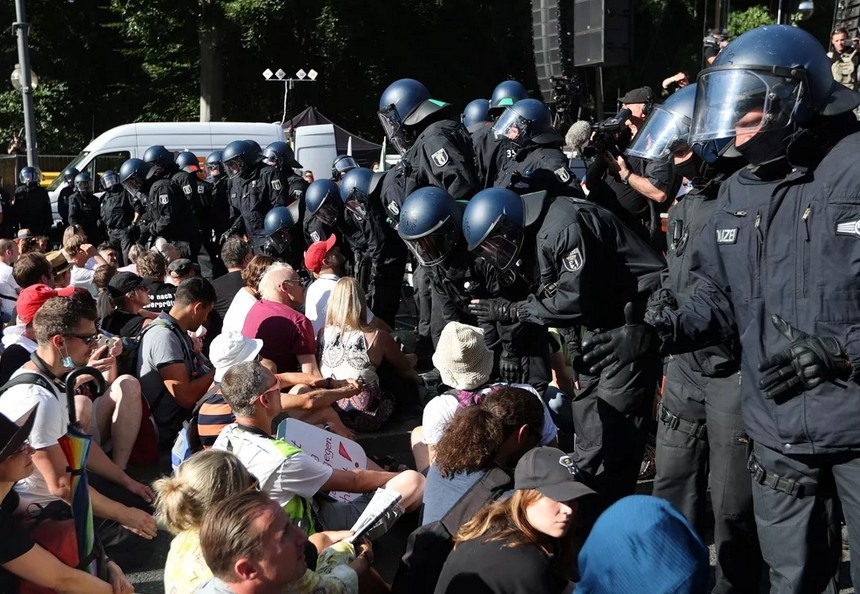 Capturarede - Em Berlim, milhares protestam contra restrições impostas pela Covid-19