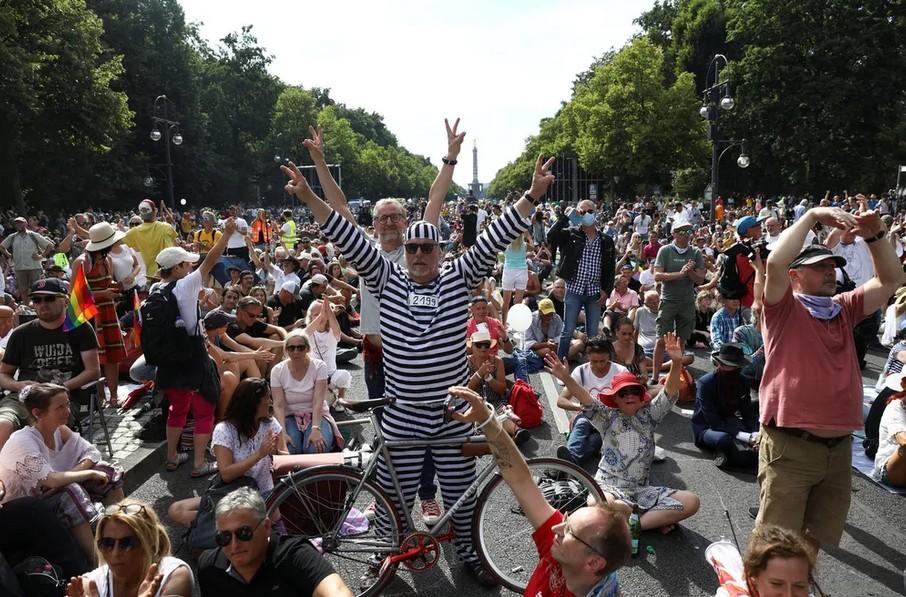 Capturarrt - Em Berlim, milhares protestam contra restrições impostas pela Covid-19