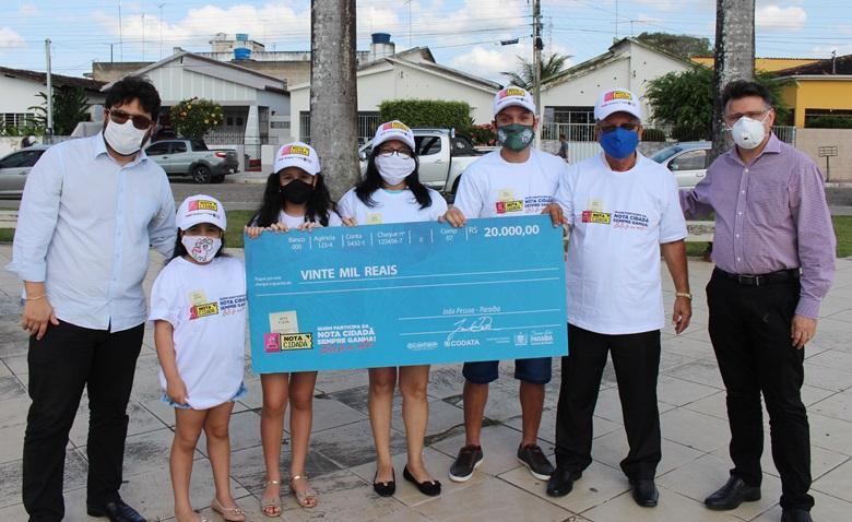 Foto entrega premio de 20 mil Sap 7 - Cidadão de Sapé é o primeiro a ganhar prêmio de R$ 20 mil do Nota Cidadã