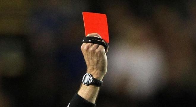 cartao vermelho 16052018142512081 - NOVA REGRA: jogador que tossir de propósito em rival ou juiz pode ser expulso