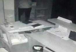 GARGANTA CORTADA: ladrão morre acidentalmente ao tentar abrir o cofre de um banco