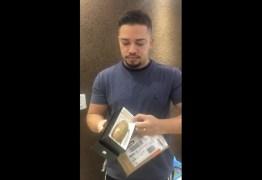 """""""BRINCADEIRA DE MAU GOSTO"""": homem compra celular pela internet e recebe uma mandioca – VEJA VÍDEO"""